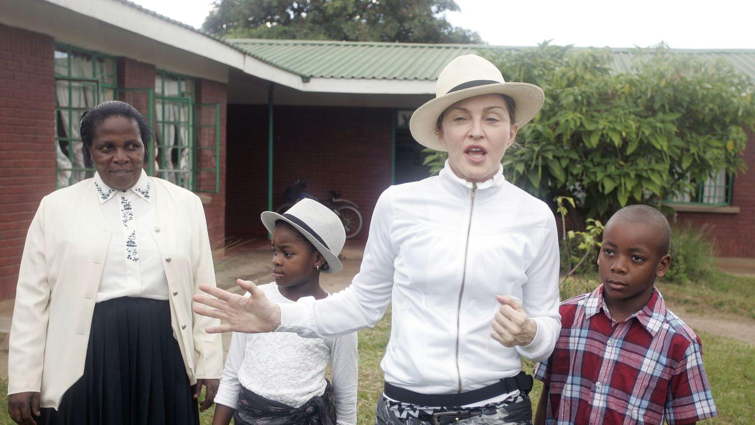 La chanteuse américaine Madonna entourée par ses enfants David (d) et Mercy, le 5 avril 2013 à Namitete au Malawi afp.com - AMOS GUMULIRA