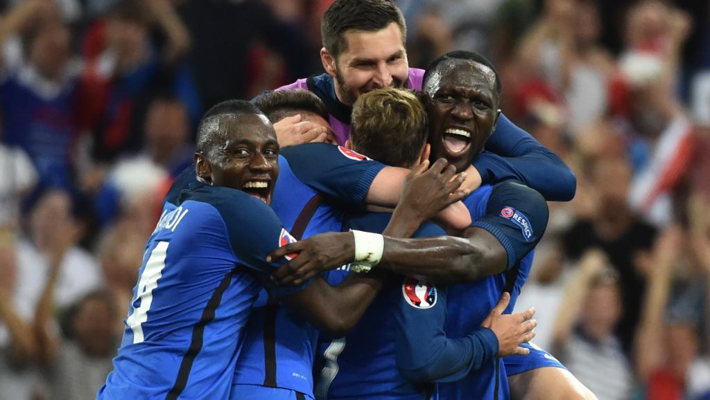 Les Fraçais fêtent le deuxième but d'Antoine Griezmann. BERTRAND LANGLOIS / AFP